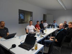 Auf dem Bild sind die Teilnehmer mit ihren Rechnern beim FreeBSD Workshop in Landshut zu sehen.